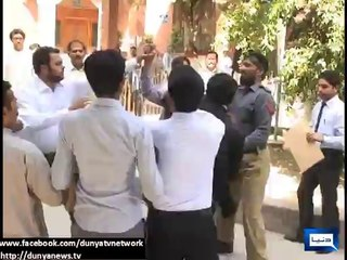 Policeman in Gujranwala manhandled by Lawyers - 11th June 2014