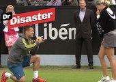 """Deux joueurs de tennis se disent """"oui"""" sur le court / Dr Disaster"""