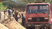 """A Bangui, le travail dur et dangereux des """"pêcheurs de sable"""""""