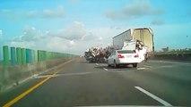 Des poulets partout sur l'autoroute : gros crash d'un camion transportant de la viande!