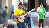 Artiste de rue surdoué :  reprise de Dire Straits en guitare voix!