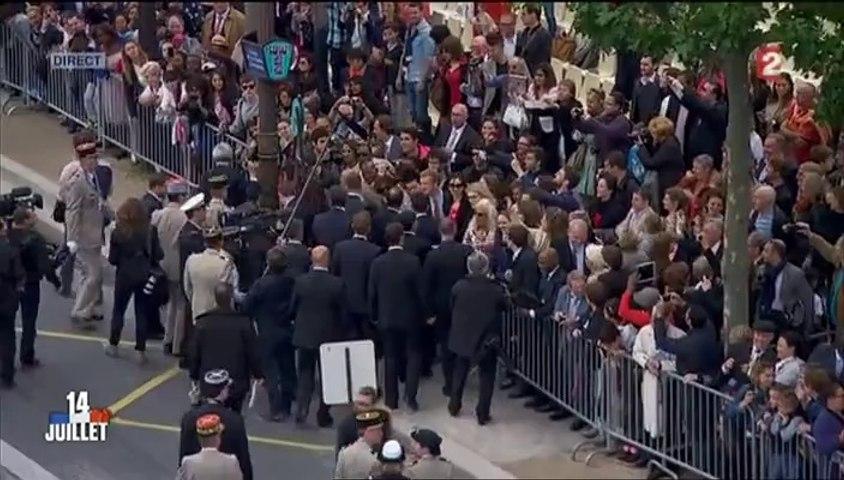 Bain et de foule et ovation pour François Hollande