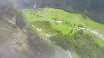 Wingsuit : James Russell passe sous une cascade d'eau.