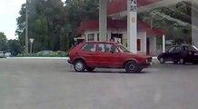 Femme débile essaie de prendre de l'essence! Gros fail à la station essence...