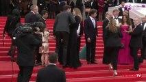 Exclu vidéo : Julie Gayet : découvrez sa montée des marches aux côtés de Mika !