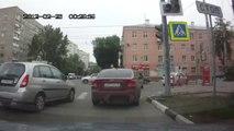 Bus VS voitures au feu rouge! Un bus force un feu en russie!
