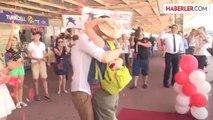 Rus sevgiliye havalimanında sürpriz evlenme teklifi -