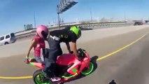 Un couple réalise une figure incroyable en stunt moto