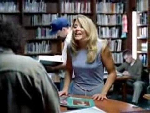 Une blonde à la bibliotheque
