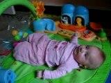 Noéllie sur son tapis d'eveil