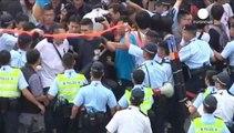 المتظاهرون في هونغ كونغ يتعرضون لهجوم من قبل قوات الأمن
