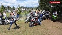 Porcaro (56). Les motards en cortège passent à Augan