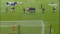 Football - Un supporter de West Ham rentre sur le terrain et tire un coup franc