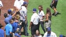 Baseball : Jessica Alba effectue le premier lancer des Dodgers