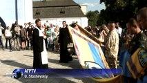 Cérémonie pour combattants ukrainiens à la cathédrale de Kiev