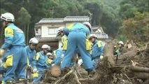 Recherche de survivants à Hiroshima après les coulées de boue