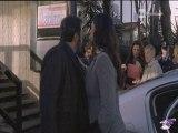 Luisa Corna dà un bacio sulla guancia a Flavio Insinna in Ho sposato uno sbirro