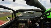 Un pilote trolle son adversaire lors d'une course de voitures