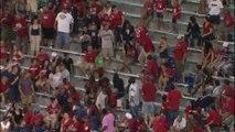 Un gars méchant éclate un ballon de plage pendant un match des Arizona Wild Cats