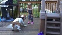 Une petite fille danse avec son chien! Trop mignon...