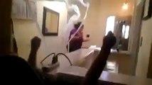Un papa et sa fille attaque maman avec un canon à papier toilette!