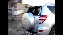 Un homme sort sa voiture du garage juste avant qu'une tornade arrive