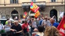Flash mob lavoratori pubblici: 'Contratto subito'. E cosce di pollo a terra:'Grasso che cola nella P.A.'