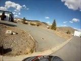 Guy fou tente d'exécuter cours Dirtbiker avec son camion