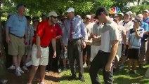 Un golfeur envoi la balle dans la poche d'un spectateur. Dingue...