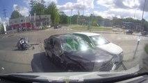 Accident de moto contre deux voitures