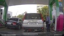 Une femme se trompe de voiture et met le mauvais carburant dans la voiture du voisin! FAIL
