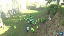 """800 écoliers carcassonnais ont nettoyé ce vendredi matin la Cité, dans le cadre de l'opération """"Nettoyons la Nature""""."""
