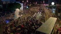 Miles de 'indignados' ocupan el centro de Hong Kong y la calma vuelve a sus calles