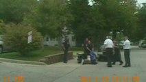 Policía empuja a un inválido en silla de ruedas