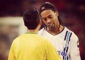 En plein match Ronaldinho signe le tee-shirt d'un fan entré sur le terrain