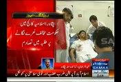 Fight Between Two Student Groups In Peshawar Islamia University On Go Nawaz Go Slogan