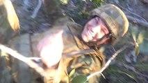 Un soldat débile essai de coucher un arbre en se jetant dessus!