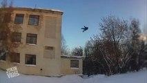 Un russe saute dans la neige depuis le toit d'un immeuble