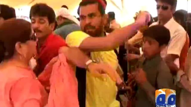 Fight at PTI dharna during Eid prize distribution Geo News 5 Oct 2014 mediatrack Pakistan