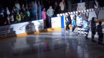 Mark Donnelly chute  se ramasse une gamelle sur la glace