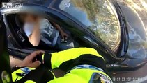 Police motorcycle catches driver rolling a joint Moto de la police attrape pilote rouler un joint