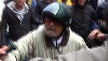Beppe Grillo in visita a Genova, contestato dai volontari