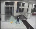 Un homme défonce une vitre par accident