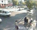 Faire tomber une fille de son vélo... pour lui sauver la vie!