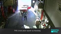 Une voiture fait un salto arrière dans un parking