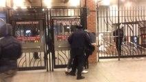 Un policier de la NYPD frappe un homme au sol sans savoir que c'est un policier en civil!