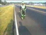 Chute de moto pendant une roue