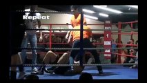 Un arbitre met un boxeur au tapis en plein combat