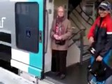 Le RER-Surfing : s'accrocher à l'extérieur d'un train du RER
