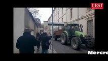 Nancy : les agriculteurs en colère déversent du fumier devant la cité administrative